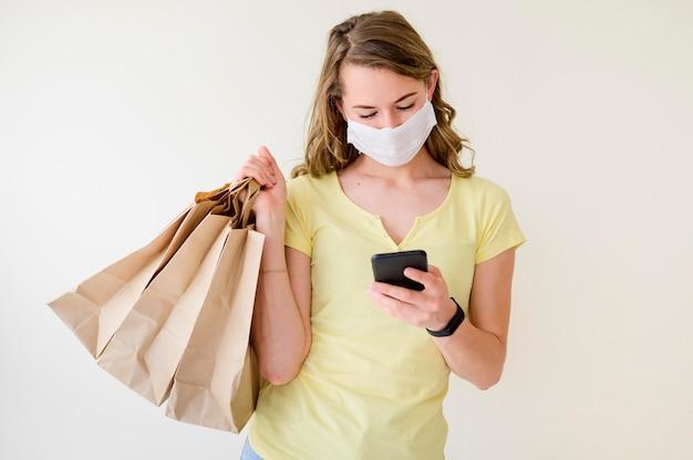 Retrato de mujer sosteniendo bolsas de compras