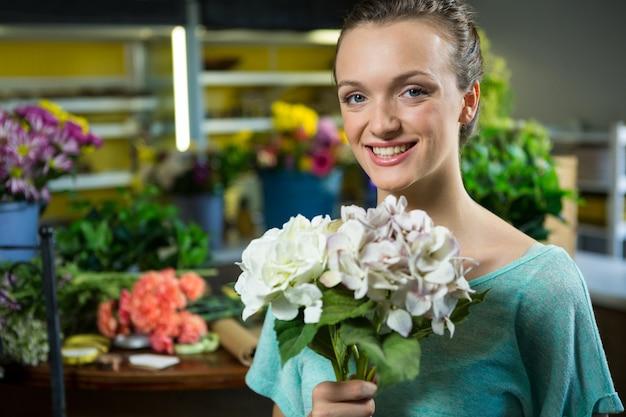 Retrato de mujer sosteniendo un ramo de flores