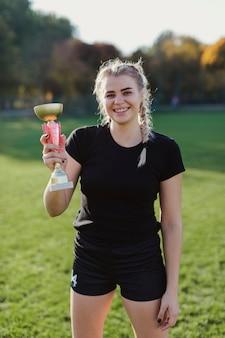Retrato de mujer sosteniendo un trofeo