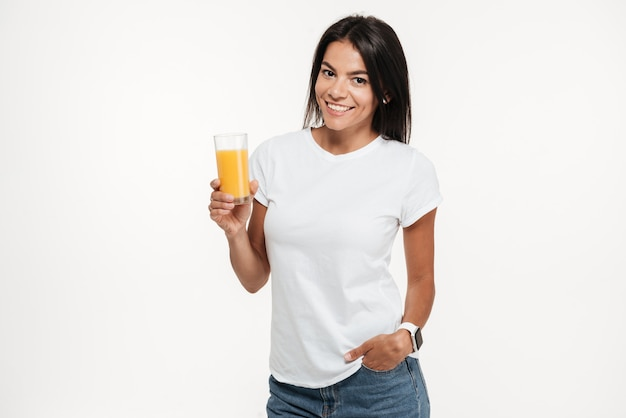 Retrato de una mujer sosteniendo un vaso de jugo de naranja