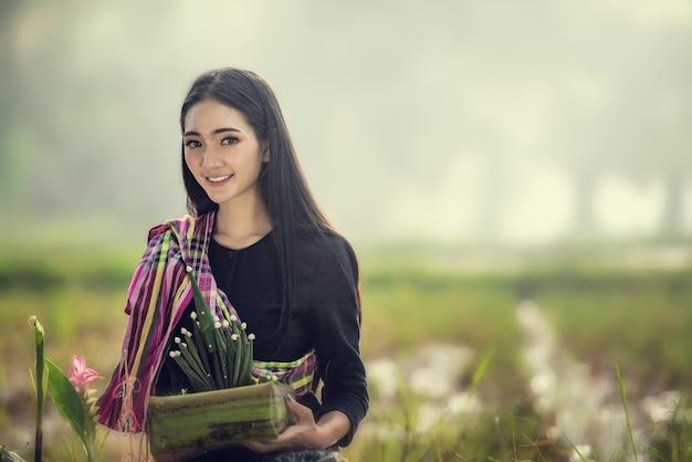 Retrato de una mujer tailandesa. vistiendo la vestimenta tradicional típica de e-san, cultura de identidad de tailandia