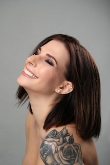 Retrato de mujer con tatuaje