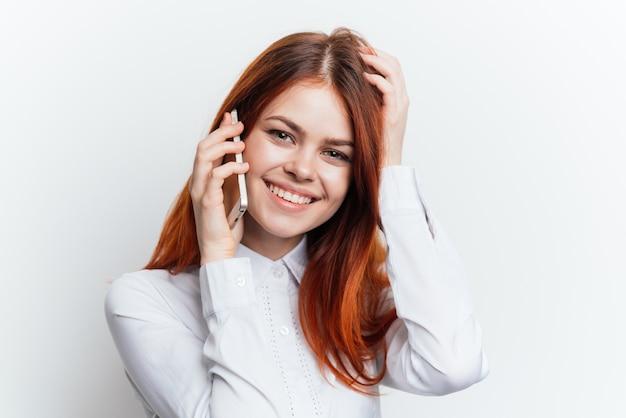 Retrato de una mujer con un teléfono en sus manos