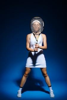 Retrato de mujer tenista con raqueta posando
