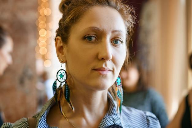 Retrato de una mujer en la tienda, que elige joyas.