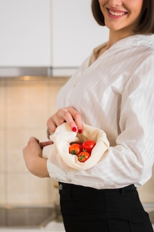 Retrato de mujer con tomates orgánicos