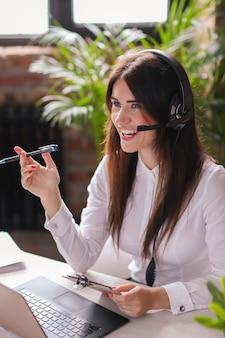 Retrato de mujer trabajadora de servicio al cliente