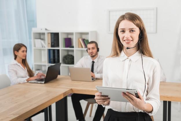 Retrato de mujer trabajando en call center