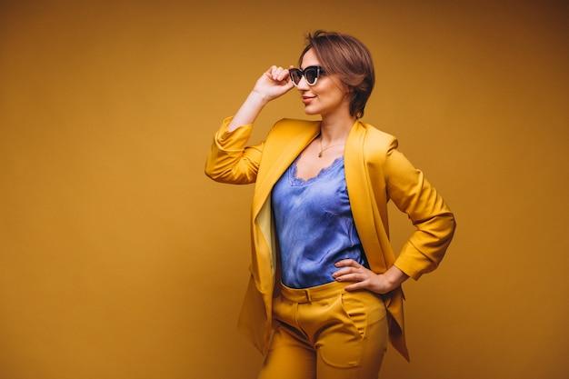 Retrato de mujer en traje amarillo aislado