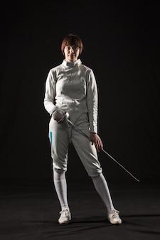 El retrato de mujer con traje de esgrima blanco sobre negro