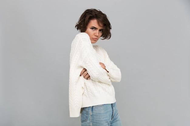 Retrato de una mujer triste molesta en pie suéter