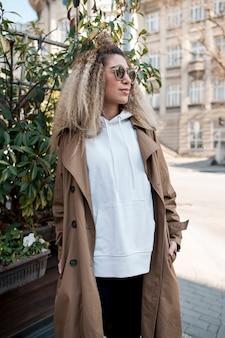 Retrato de mujer urbana posando al aire libre