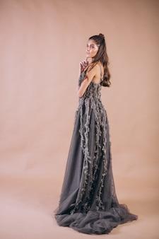 Retrato de mujer en vestido gris hermoso