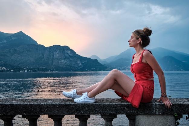 Retrato de mujer con vestido rojo