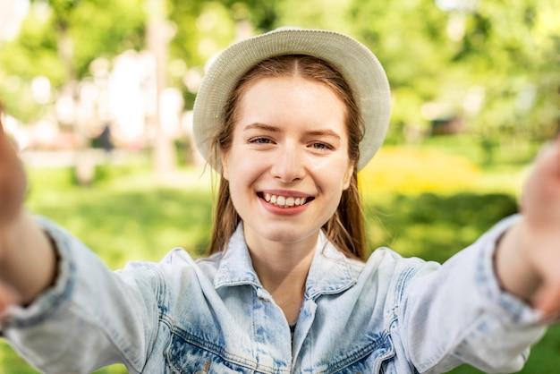 Retrato de mujer viajera en el parque