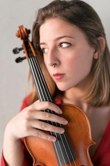 Retrato de mujer violinista con violín