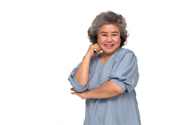 Retrato de mujeres asiáticas senior sonrisa aislada sobre pared blanca, madura sonriendo y mirando a cámara, concepto de sentimiento feliz