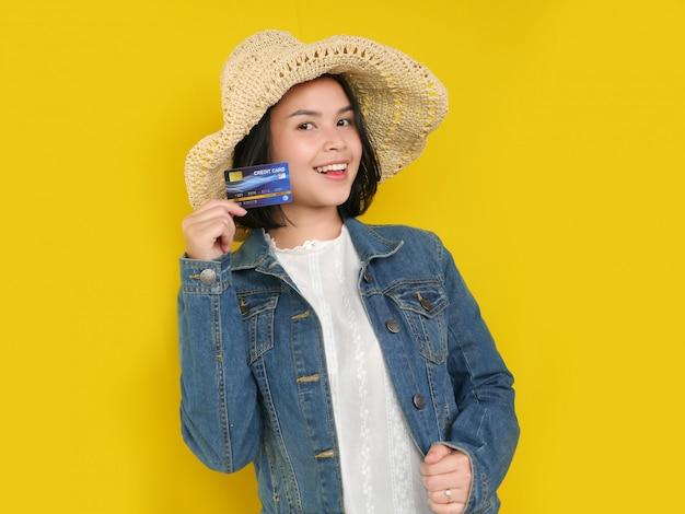 Retrato de mujeres bastante jóvenes es comprar en línea y pagar con tarjeta de crédito.