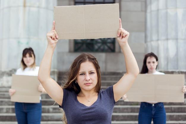 Retrato de mujeres jóvenes manifestando en marzo