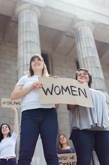 Retrato de mujeres jóvenes marchando juntas