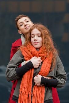 Retrato de mujeres jóvenes posando juntos