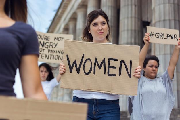 Retrato de mujeres jóvenes protestando juntas