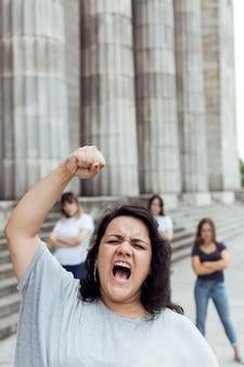 Retrato de mujeres mujeres marchando juntas