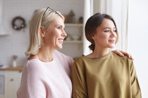 Retrato de mujeres posando en la casa
