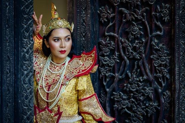 Retrato de mujeres en trajes tradicionales de myanmar