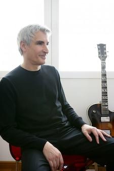 Retrato de músico de jazz senior, guitarra