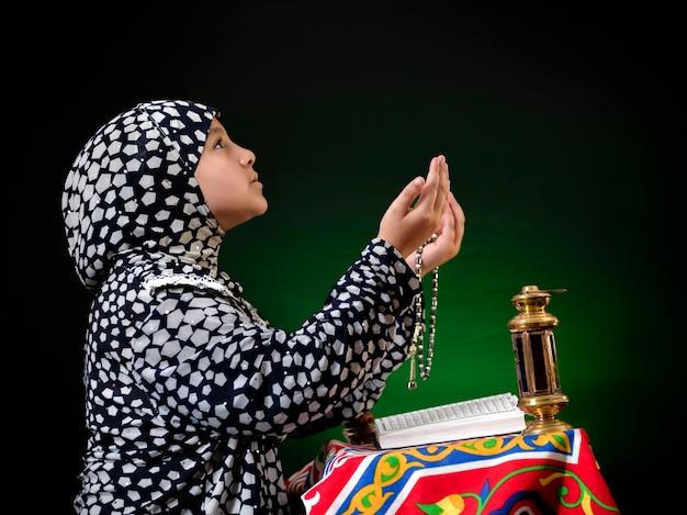 Retrato, musulmán, niña, rezando