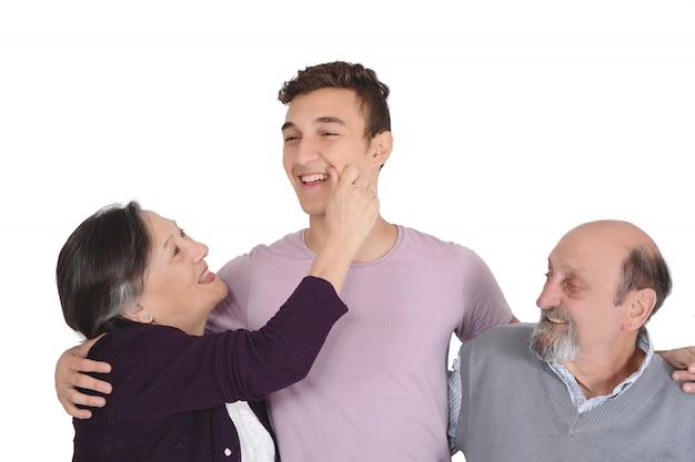 Retrato de nieto sonriente con sus abuelos