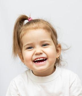 Retrato de una niña de 2 años aislado sobre fondo blanco.
