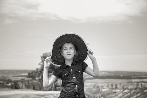 El retrato de niña de 8 años en el gran sombrero.