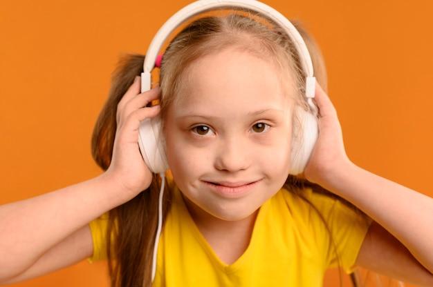 Retrato de niña adorable con auriculares