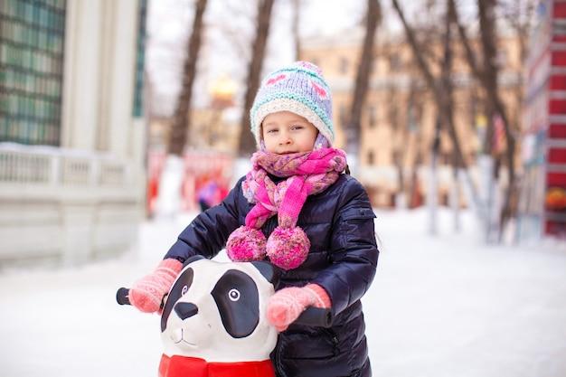 Retrato de niña adorable en pista de patinaje