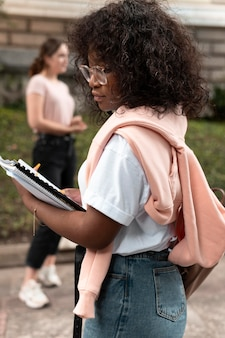Retrato de niña afroamericana con sus libros