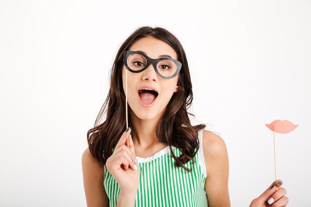Retrato de una niña alegre con anteojos de papel