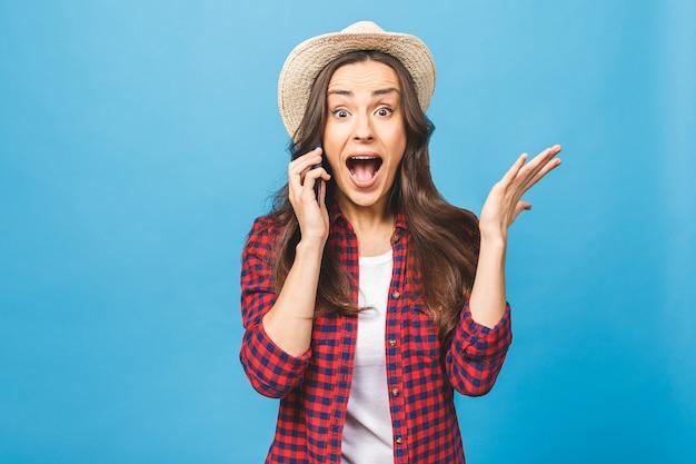 Retrato de una niña alegre bastante alegre en casual hablando por móvil