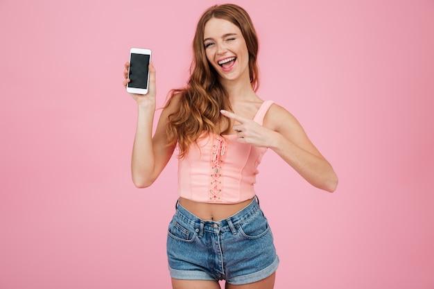 Retrato de una niña alegre feliz en ropa de verano