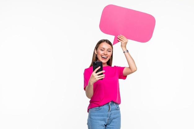 Retrato de niña alegre sosteniendo en las manos celular copia espacio papel nube aislada