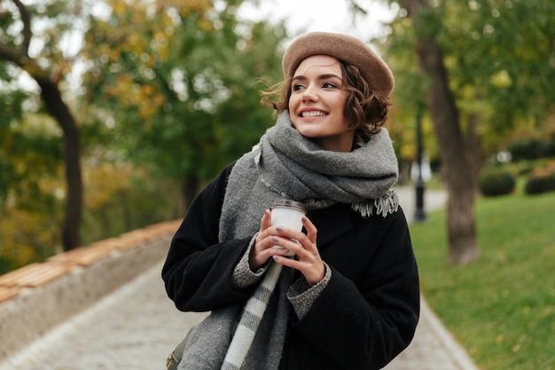Retrato de una niña alegre vestida con ropa de otoño