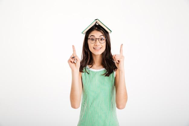 Retrato de una niña alegre en vestido y anteojos