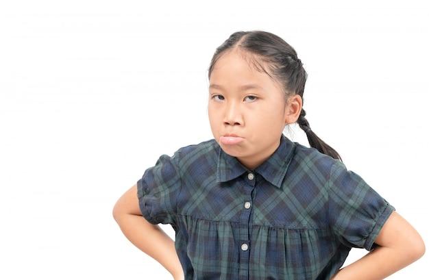 Retrato de niña asiática aburrida aislado en blanco