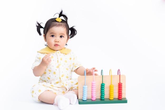 Retrato de niña asiática linda con juguete