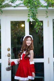 Retrato de niña asiática de santa