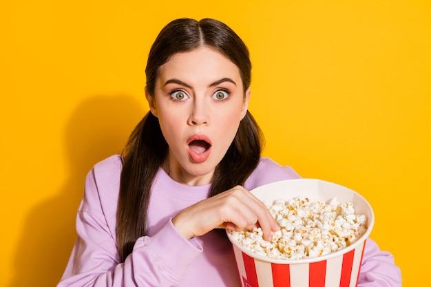 Retrato de niña asombrada mira la televisión impresionado serie scream wow