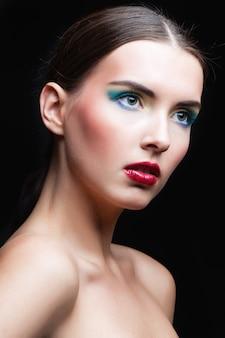 Retrato de niña de belleza con maquillaje vivo