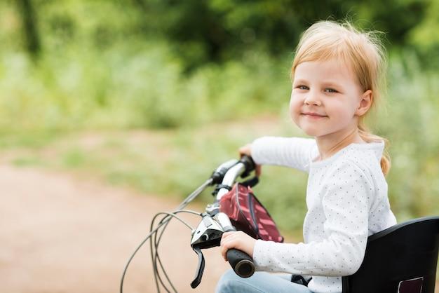 Retrato de una niña en bicicleta