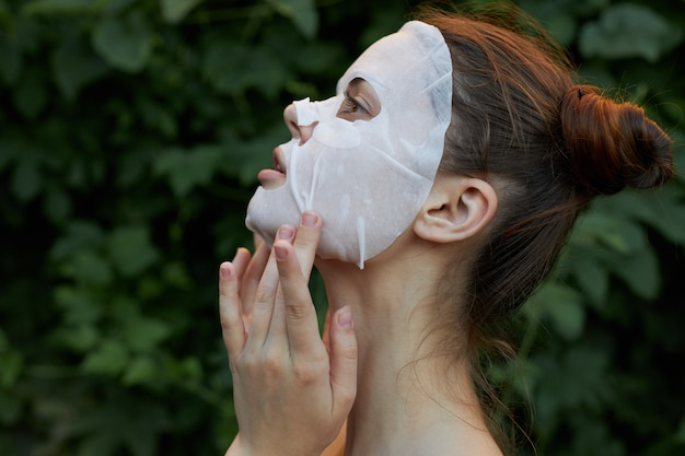 Retrato, de, un, niña, blanco, máscara, aire libre, vista lateral, hombro desnudo, hombros desnudos, primer plano